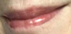 lip swatch Huile Clarins Instant Light Comfort Comfort dans Red Berry Glam, teinte rouge pure avec des taches d'or, neversaydiebeauty.com