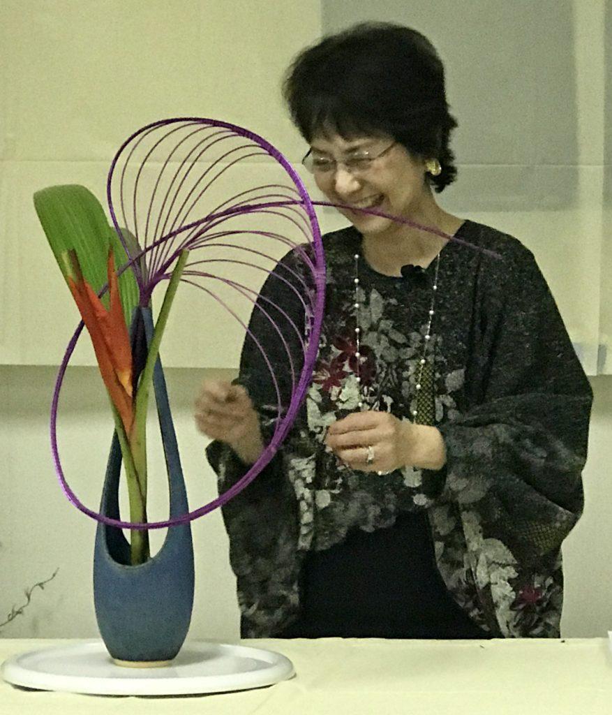 Tomoko Tanaka avec son arrangement abstrait d'Ikebana, neversaydiebeauty.com