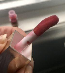 applicateur incurvé pour l'huile de confort Clarins Instant Light Lip, neversaydiebeauty.com