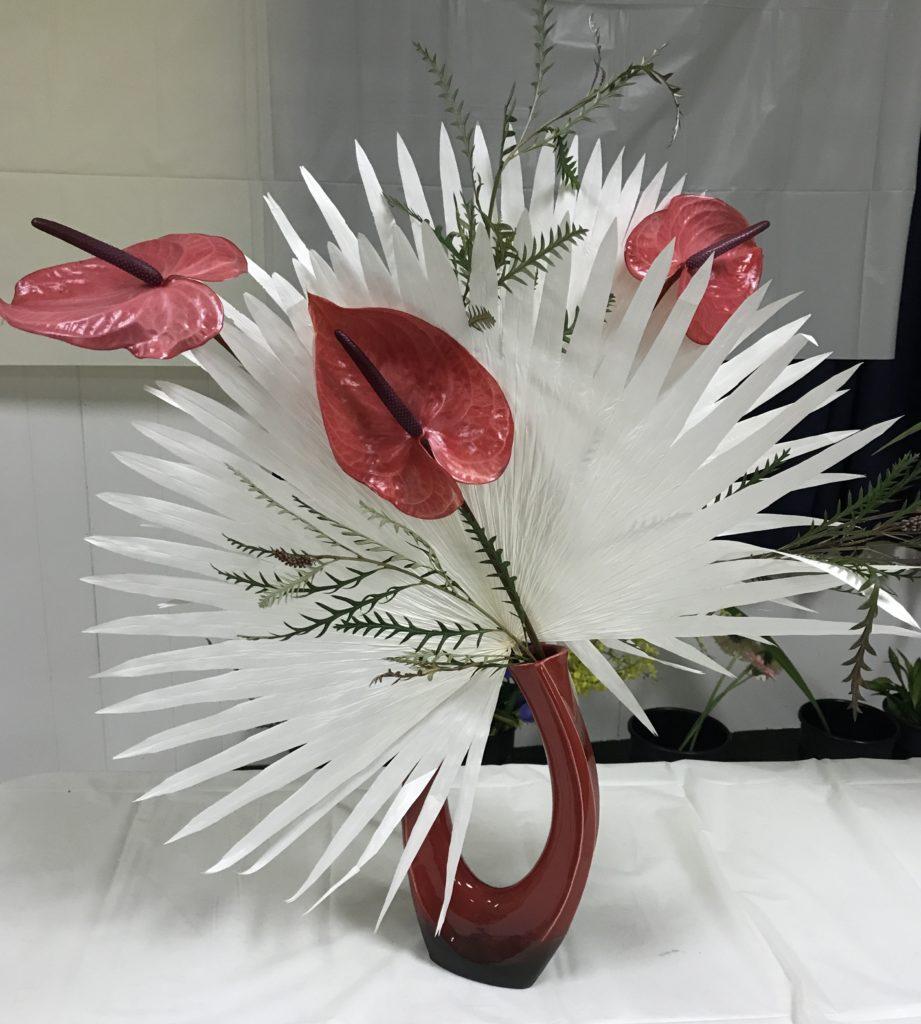 Arrangement d'ikebana avec de l'anthurium et des feuilles de palmetto blanchies, neversaydiebeauty.com