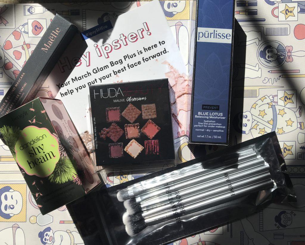 cosmétiques dans mon sac Ipsy Glam Plus de mars 2019 dans leur emballage, neversaydiebeauty.com