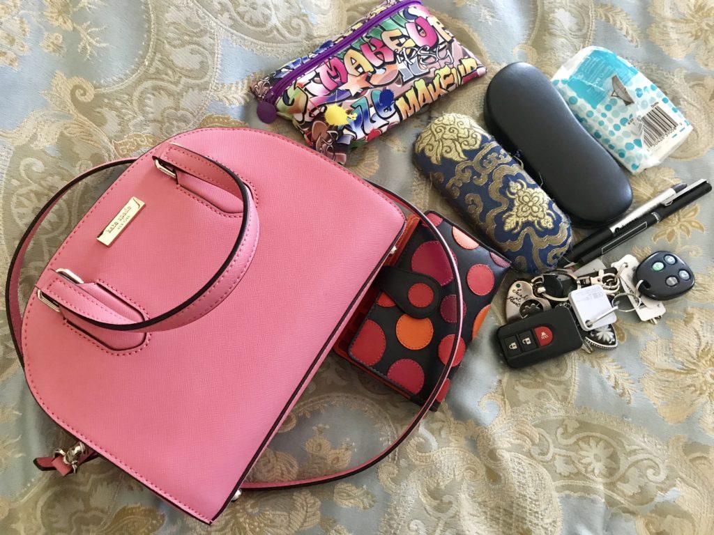 toutes mes affaires qui vont dans ma sacoche en dôme Kate Spade Reiley, neversaydiebeauty.com