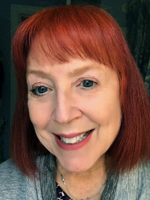 moi portant Rose Berry de Rouge à lèvres Joli Rouge Velvet de Clarins, neversaydiebeauty.com