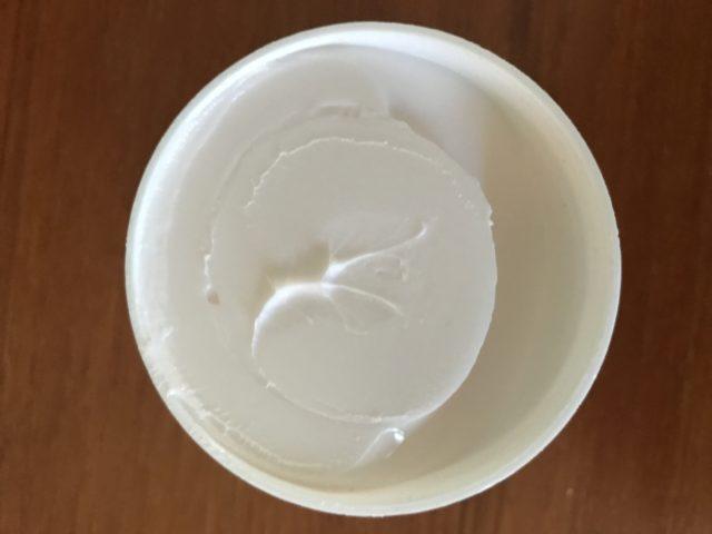 bocal ouvert de beurre de nuit réparateur de rides pour or rose 24K PRAI montrant l'épaisse crème blanche, neversaydiebeauty.com