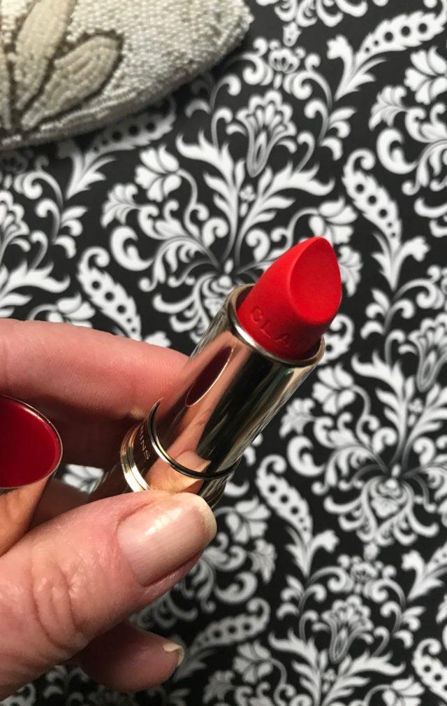 pointe incurvée du rouge à lèvres Clarins Joli Rouge Velvet pour épouser la forme des lèvres, neversaydiebeauty.com