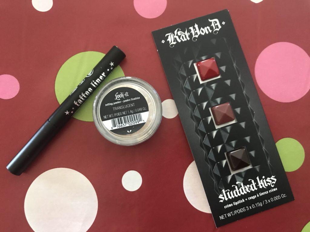 Option de cadeau d'anniversaire de Sephora 2019: échantillons de maquillage Kat von D: nuances de rouge à lèvres, réglage de la poudre et clous Kiss, neversaydiebeauty.com