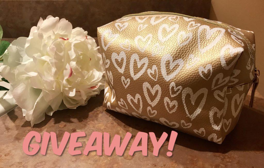 grand sac de maquillage en or métallique avec coeurs blancs rempli de produits cosmétiques pour un cadeau publicitaire, neversaydiebeauty.com
