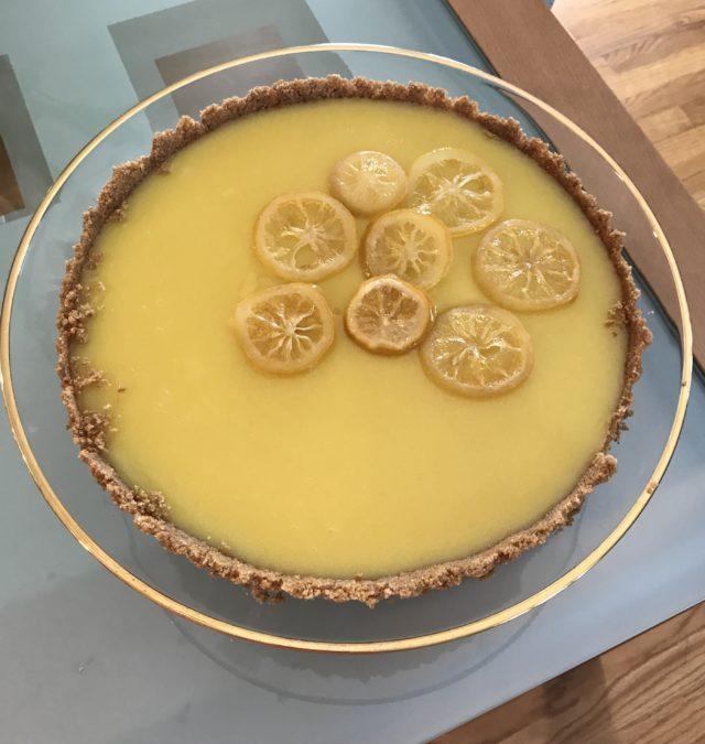 tarte au citron sortant du moule à tarte sur un socle en verre, neversaydiebeauty.com