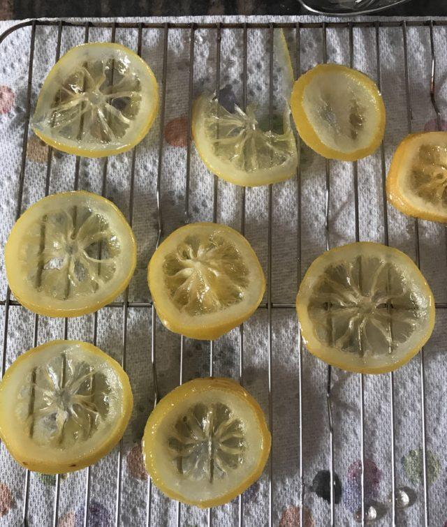 tranches de citron confit qui sèchent sur une grille, neversaydiebeauty.com