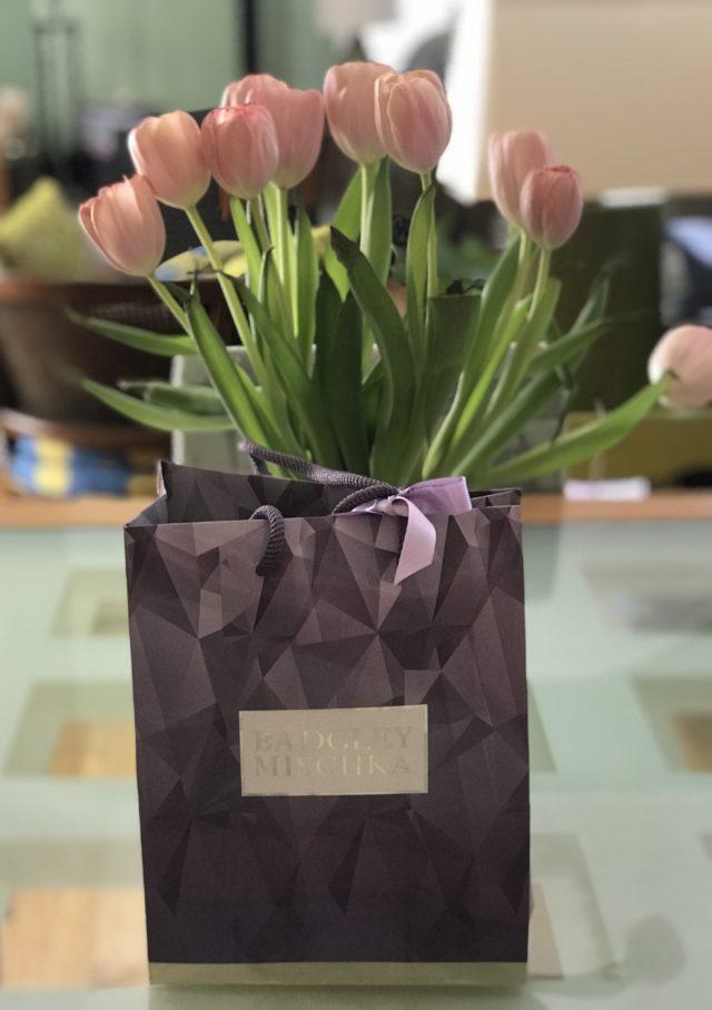 fourre-tout violet qui contient de l'eau de parfum Badgley-Mischka, neversaydiebeauty.com