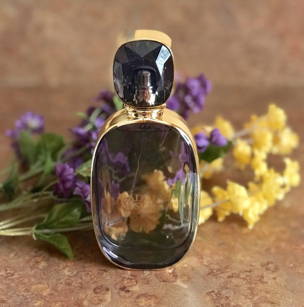 bouteille de verre à facettes violet de l'eau de parfum Badgley Mischka, neversaydiebeauty.com