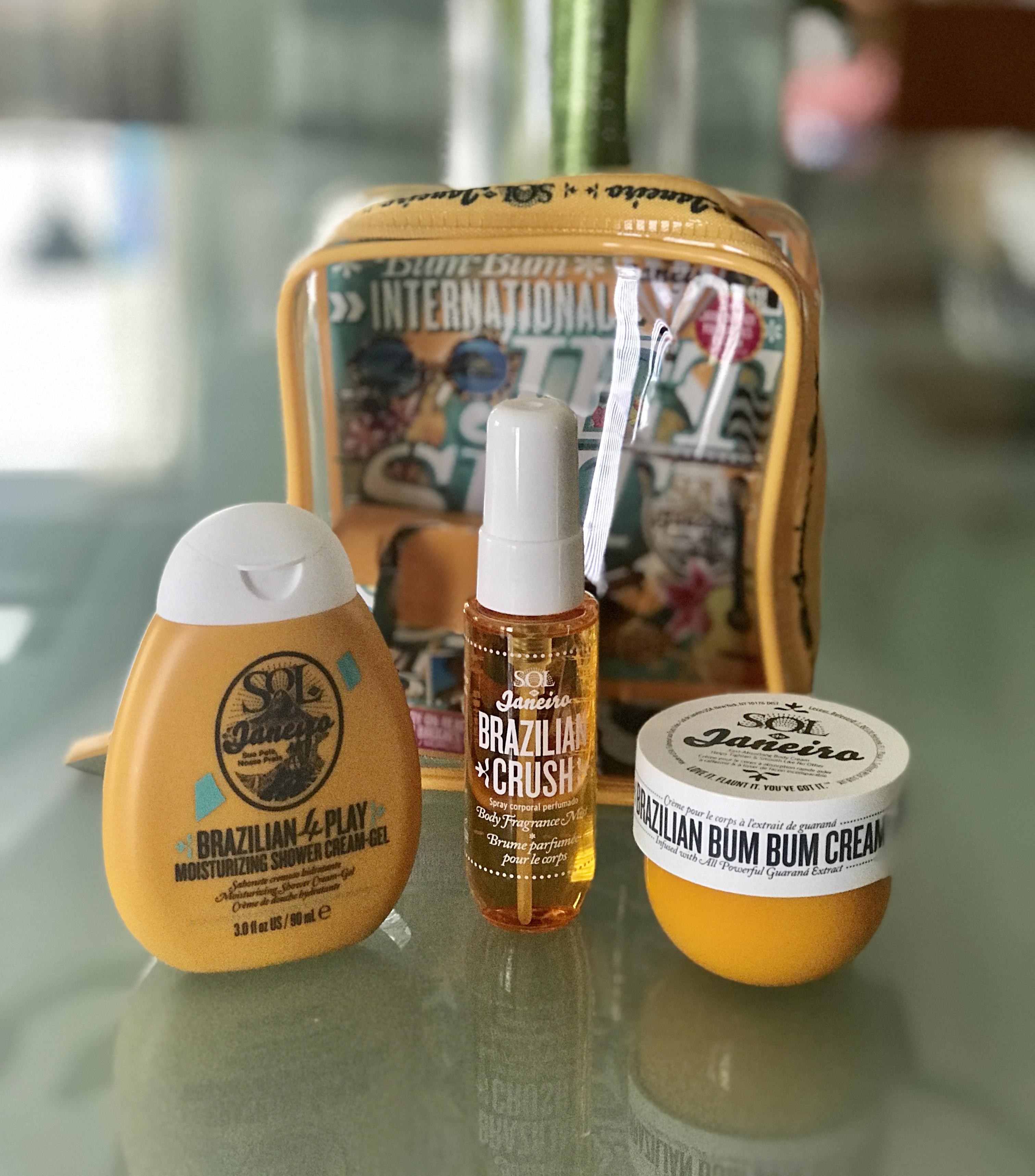 3 articles de taille voyage de l'ensemble de voyage Sol de Janeiro International Jet Set: gel douche, brume parfumée et crème Bum Bum, neversaydiebeauty.com