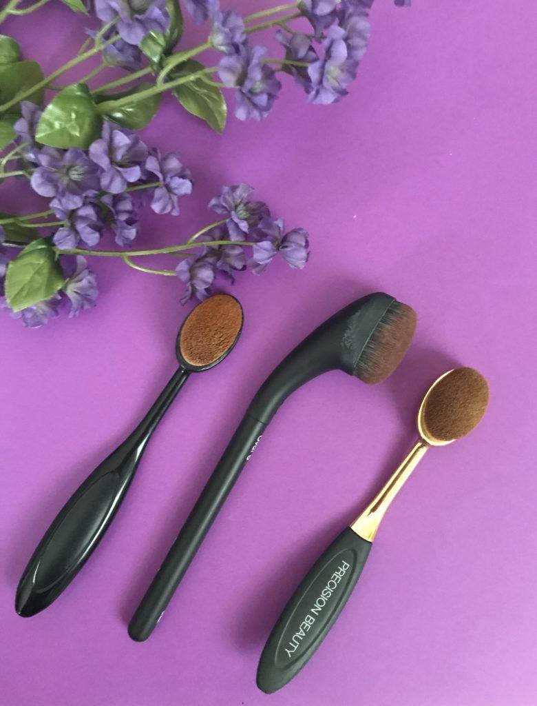 cou incurvé de la brosse de maquillage Artis Brushcraft Oval 6 par rapport à deux imitations qui ressemblent davantage à la Artis Elite Oval 6, neversaydiebeauty.com
