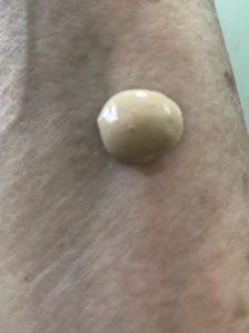 blob de crème BB hydratante teintée Derma E FPS 30 à l'ombre, juste contre mon avant-bras, neversaydiebeauty.com