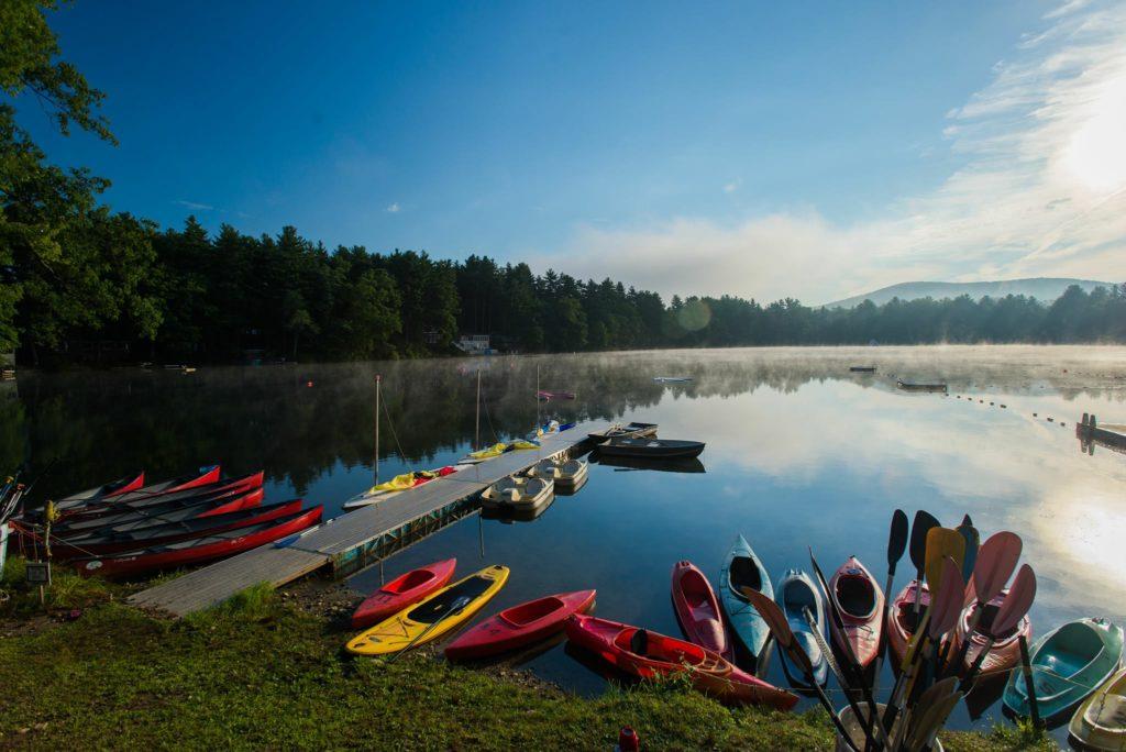 lac avec des canoës et des kayaks au Camp Ramah, Palmer MA
