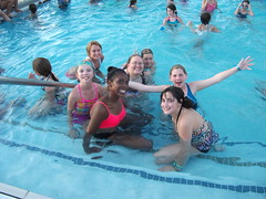 campeurs dans une piscine