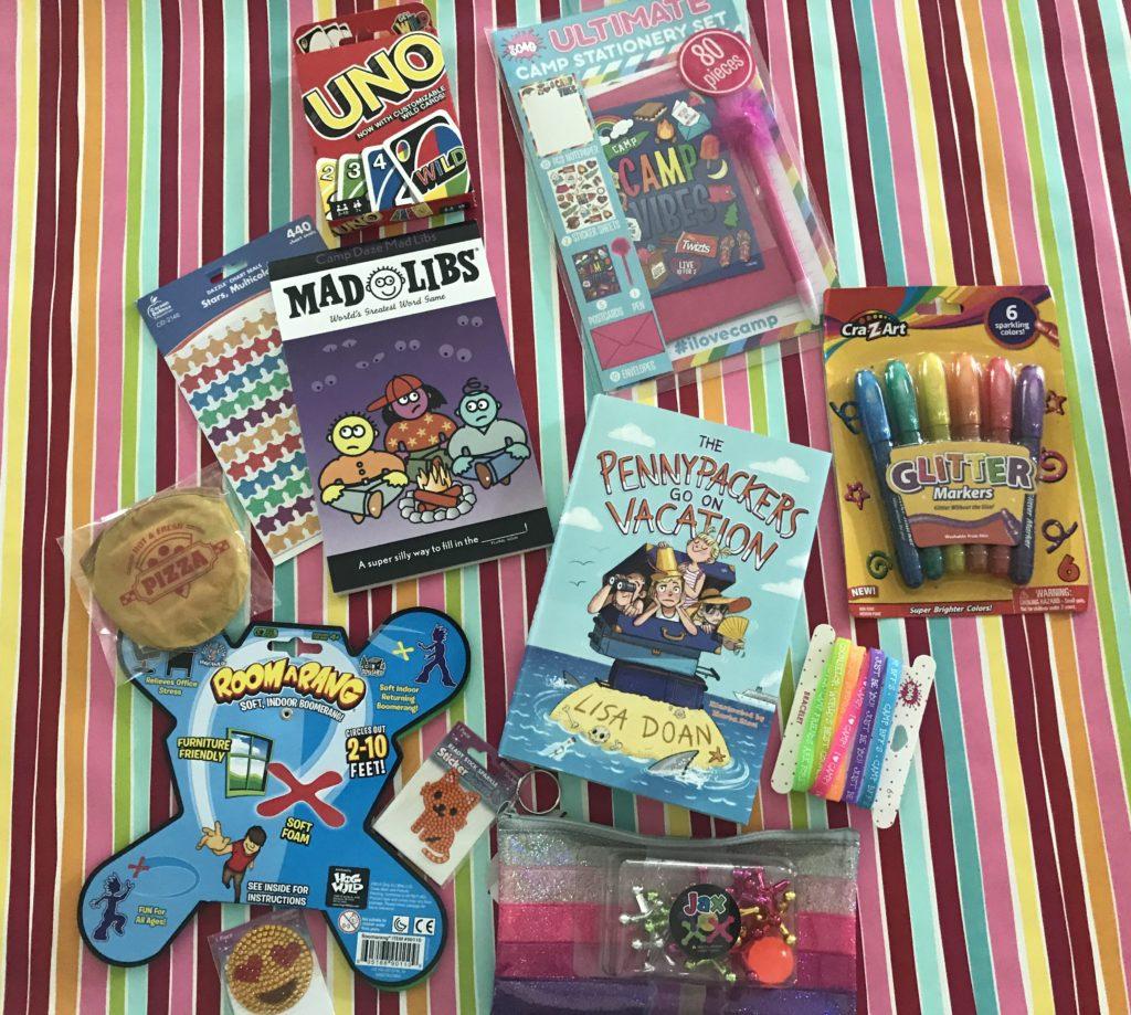 les prix - jouets et activités - dans la boîte à cadeaux pour les campeurs
