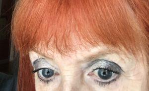 gros plan de mes yeux portant des ombres à paupières grises sur l'apprêt pour les yeux Anastasia Beverly Hills