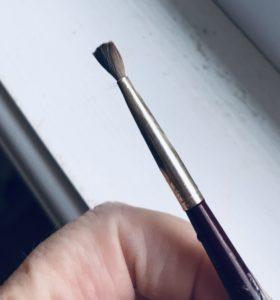 petit pinceau de maquillage pour appliquer l'apprêt pour les yeux