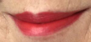 mes lèvres portant la nuance bleu-rouge