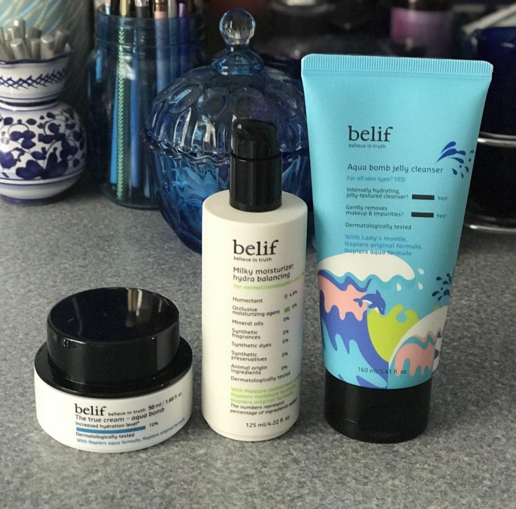 trois produits de soin du visage de belif Skincare pour les peaux normales et mixtes: Aqua Bomb, hydratant hydratant hydratant lacté et gel nettoyant Aqua Jelly