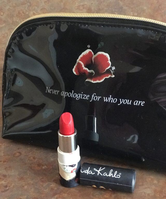 balle montrant le rouge à lèvres, nuance Catrina, de rouge à lèvres Frida Kahlo de Republic Cosmetics