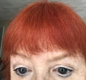 gros plan de mes yeux portant l'eye-liner Cake Pencil blanc Kat Von D sur mes paupières et la ligne de flottaison inférieure