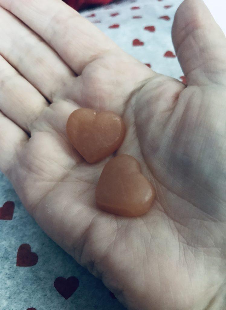 deux gélatines à la biotine en forme de coeur dans ma main