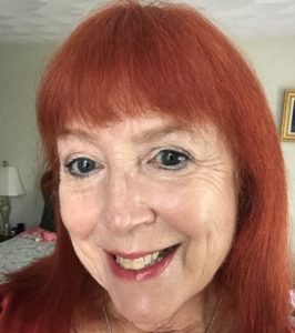 moi portant l'eye-liner Cake Pencil blanc Kat Von D sur mes paupières et ma ligne de flottaison