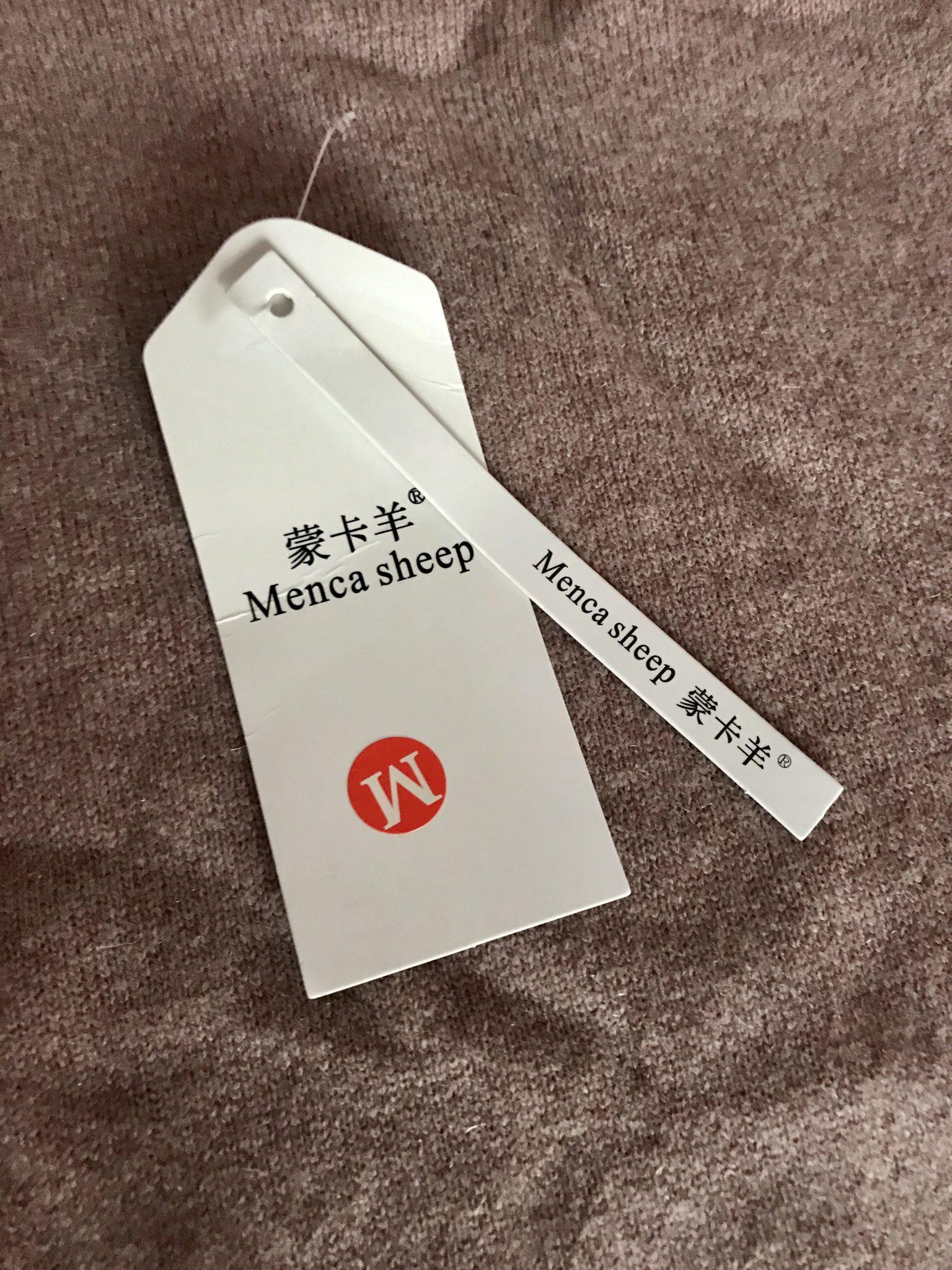 étiquette volante sur un pull en cachemire chinois qui identifie
