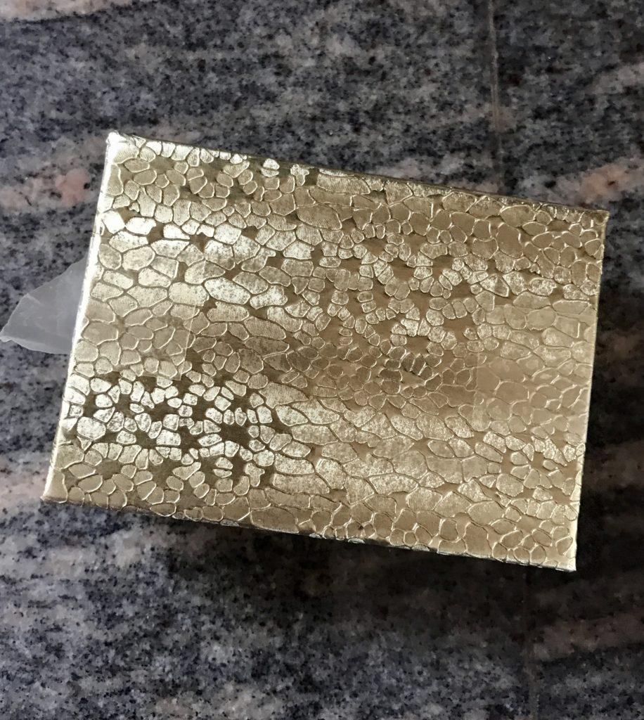petite boîte de style bijoux en papier doré