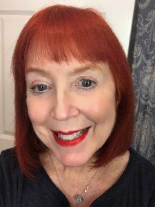 moi portant le rouge à lèvres rouge chaud appelé McGrath Muse de la ligne LuxeTrance de Pat Grath