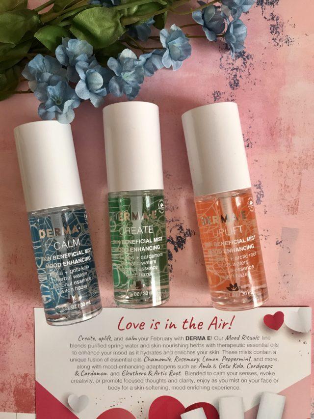 3 flacons de Derma E Mood Skin Mists en 3 parfums et formules: Uplift, Create, Calm et fiche produit