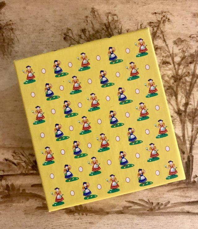 Haut de De Landbouwers Dochters Eggwhite Facial Soaps fort décoré de petites filles d'agriculteurs et d'oeufs sur fond jaune