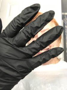 Gants noirs Color and Co. à porter pour la coloration des cheveux à la maison