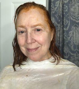 mes cheveux entiers recouverts de crème et de couleur crème que je me suis appliqué à la maison