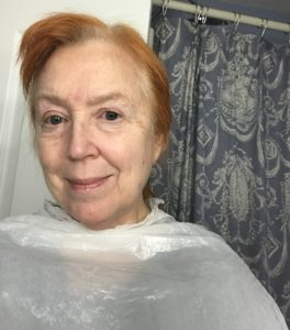 moi portant un sac poubelle comme protection quand je colorer mes cheveux à la maison